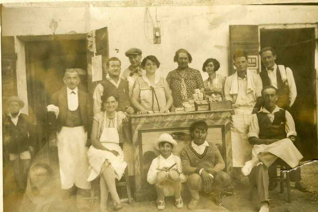 16 devant le cafe des arenes
